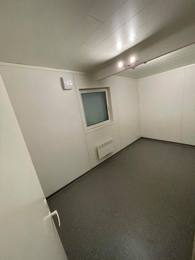 Talovaunu-huone-2-magamistuba, ratastel maja, PVC porand, seinad varvitud tapeet